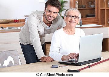 femme, calculer, ordinateur portable, jeune, portion, homme aîné