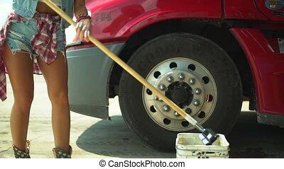 femme, camion, intérieur, truck., jeune, fenêtre lavage, cabin.