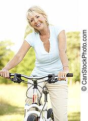 femme, campagne, mûrir, portrait, équitation, cycle