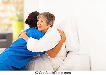 femme, caregiver, personnes agées, étreindre