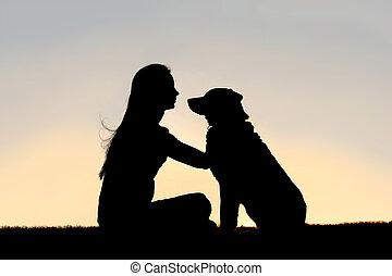 femme, caresser, séance, chien, dehors, silhouette