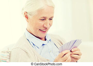 femme, cartes, maison, personne agee, jouer, heureux