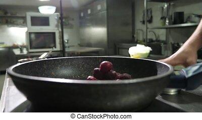 femme, cerises, sucre, ajouter, friture, cuisine, rouges, moule, mettre, mains