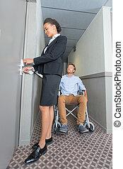 femme chambre, portion, les, handicapé, invité