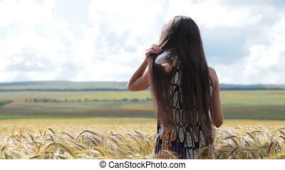 femme, champ blé, debout