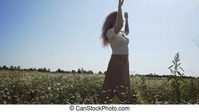 femme, champ, danse, chamomiles