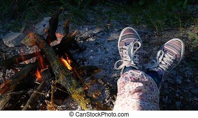 femme, chaussures, brûlé, obtenir, brûler, pieds, chaud, cabin., cheminée, confortable