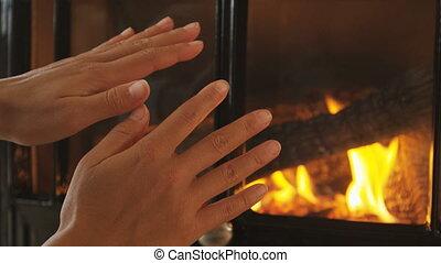 femme, cheminée, hiver, obtenir, -, confortable, chaud, froid, frottement, mains