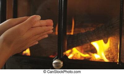 femme, cheminée, obtenir, chaud, ensemble, frottement, mains
