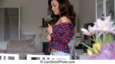 femme, chemise, checkered, regarder, appareil photo, sexy