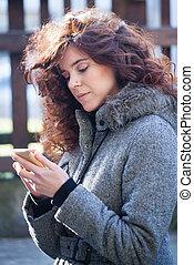 femme, cheveux bouclés, téléphone, extérieur, intelligent
