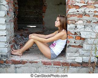 femme, cheveux brun, assied, bâtiment