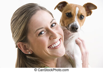 femme, chien, jeune, séduisant, tenue, sourire