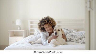 femme, chien, lit, tenue