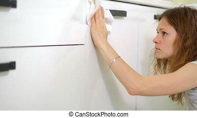 femme, chiffon, jeune, nettoyage, cuisine maison