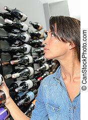 femme, choisir, a, bouteille vin