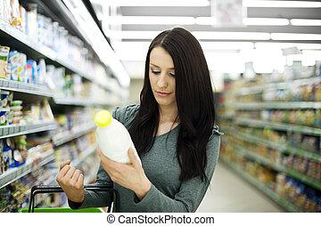 femme, choisir bouteille, de, lait, à, supermarché
