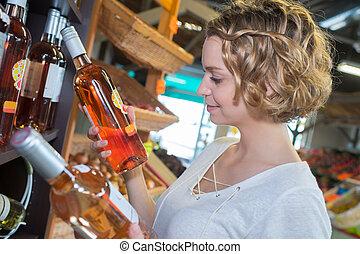 femme, choisir bouteille, de, vin