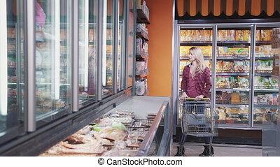 femme, choisir, nourriture, maison, supermarché, mûrir