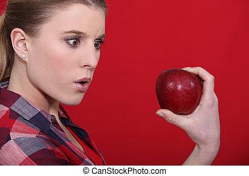 femme, choqué, tenue, pomme