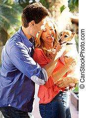 femme, chouchou, couple, chien, ensemble, dehors, tenue, heureux