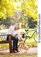 femme, chouchou, parc, chien, age moyen, jouer
