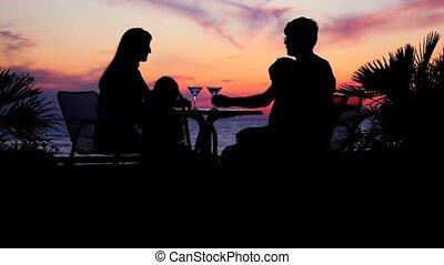 femme, ciel, contre, silhouettes, gosses, coucher soleil, table, homme