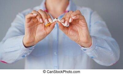 femme, cigarette., concept, fumer, quitter, casse