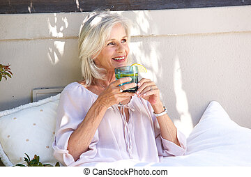 femme, citron, plus vieux, thé, décontracté, dehors, boire