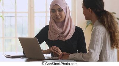 femme, client., asiatique, musulman, secousse, sourire, mains, jeune