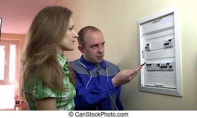 femme, client, besoins, professionnel, aide, de, électricien, près, disjoncteur, boîte
