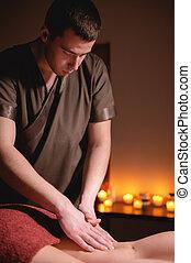 femme, client, prime, lumière, fond, sombre, masage, brûlé, hanche, bougies, center., mâle, bureau, wellness, anti-cellulite, jambe, hommes, luxe, masseur