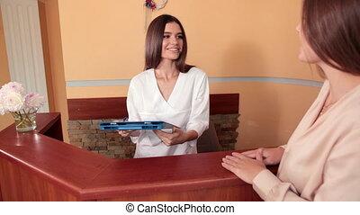 femme, client, robe, monde médical, réception, fournit, infirmière, conseil