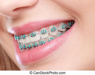 femme, closeup, bretelles, dents