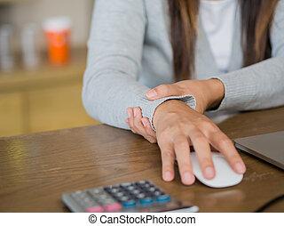 femme closeup, douleur, bureau, elle, concept., long, time., informatique, poignet, tenue, utilisation, syndrome
