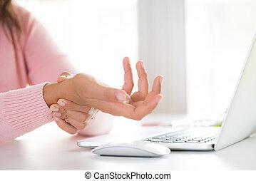 femme closeup, douleur, elle, bureau, main, poignet, computer., tenue, disease., utilisation, professionnel, syndrome