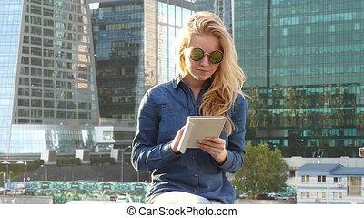 femme, closeup, professionnel, business, portrait., appareil photo, happy., jeune, sourire, regarder