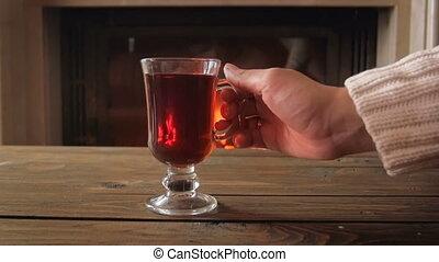 femme closeup, tasse, thé, prendre, séance, chaud, vidéo, table, cheminée
