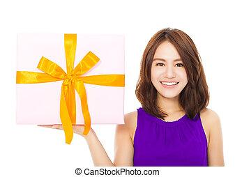 femme closeup, tenue, heureux, jeune, boîte-cadeau
