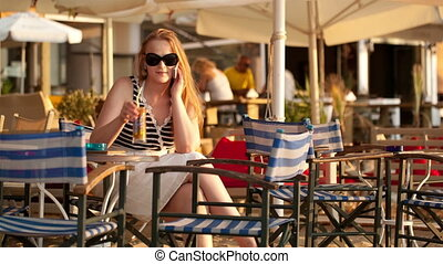 femme, cocktail, elle, mobile, conversation, boire, sourire
