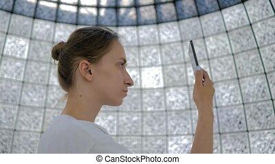 femme, codes, futuriste, mur, exposition, portrait, qr, contre