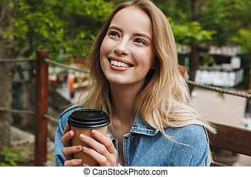femme, coffee., parc, jeune, surprenant, poser, étudiant, dehors, boire, heureux