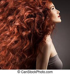 femme, coiffure, contre, arrière-plan gris, bouclé, beau