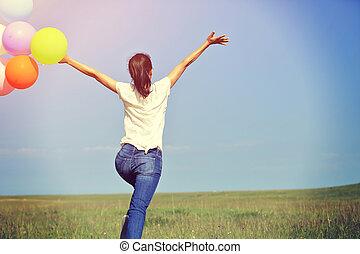 femme, coloré, jeune, courant, sauter, vert, asiatique, prairie, ballons