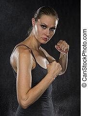 femme, combat, pose, regarder, appareil photo, fort