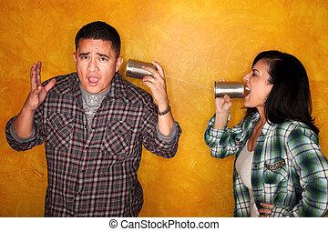 femme, communiquer, hispanique, étain, par, boîtes, homme