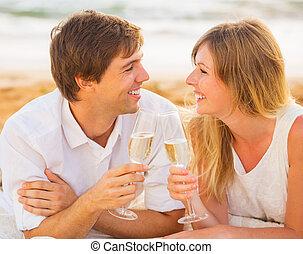 femme, concept, amour, couple, lune miel, exotique, verre, coucher soleil, homme, champagne, plage, apprécier