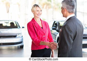 femme, concession automobile, age moyen, poignée main