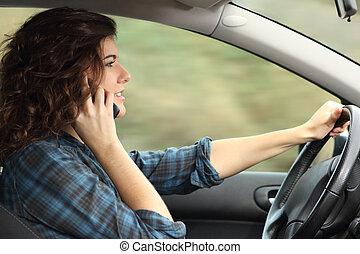 femme, conduite, conversation, téléphone voiture, vue côté