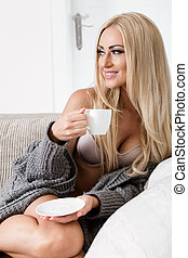 femme, confortable, séance, jeune, divan, mug., humeur